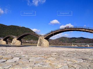水の体の上の橋の写真・画像素材[1803608]