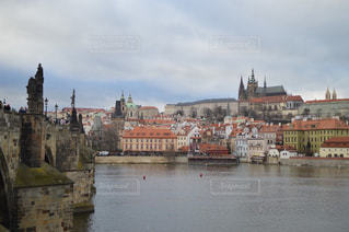 プラハ城とカレル橋の写真・画像素材[951556]
