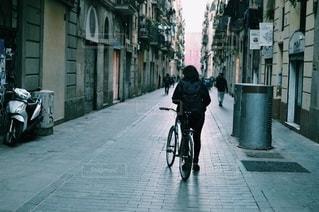 通りを歩いている人の写真・画像素材[2740444]