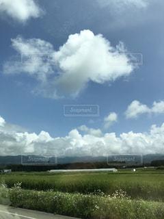 のどかな風景  車窓から  ビニールハウス  畑 野山 青空  雲の写真・画像素材[674272]