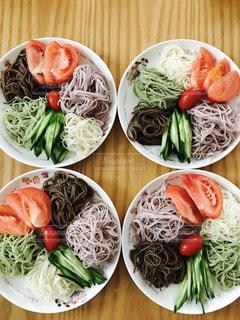 種類の皿の上の食べ物がいっぱい入ったボールの写真・画像素材[711805]