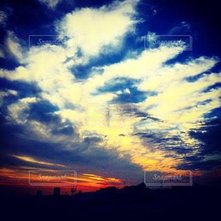 空には雲のグループの写真・画像素材[1015942]