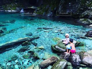 仁淀ブルーの秘境「水晶淵」で泳ぐの写真・画像素材[690994]