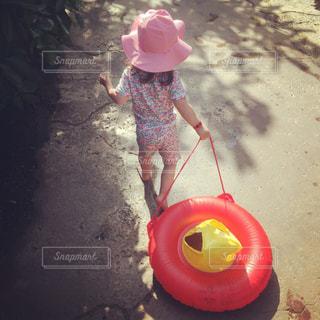 もうすぐプール!水着姿の女の子の写真・画像素材[1139982]