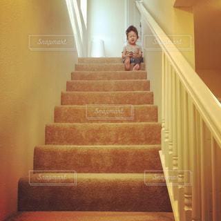 ホームステイ終了(階段の上で涙)の写真・画像素材[1146724]
