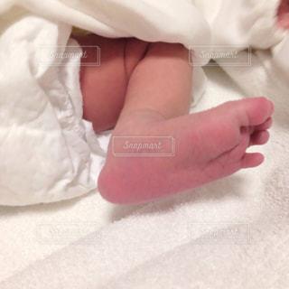 生まれたての赤ちゃんの足の写真・画像素材[1214151]