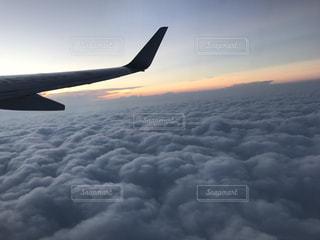 雲海の上を飛ぶ飛行機の写真・画像素材[1222706]