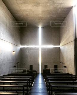 光の教会で思いにふけるの写真・画像素材[1222891]
