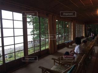 大きなガラス窓が特徴的な「イタリア大使館別荘」の写真・画像素材[1244782]