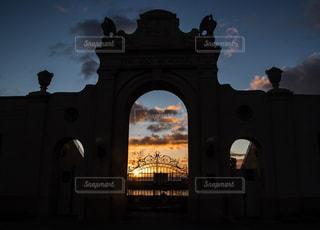建物の前に時計塔の写真・画像素材[905807]