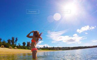 水の体の横に立っている人の写真・画像素材[791796]