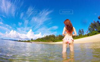 水の体の横に立っている人の写真・画像素材[791797]