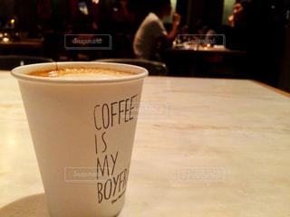 テーブルの上のコーヒー カップの写真・画像素材[806500]