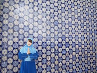 青い壁の前に立っている女性 - No.853905