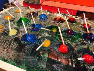 カウンターの上のプラスチック水ボトル - No.983334