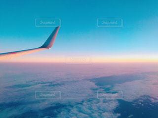 大型航空機を空中に高く飛ぶの写真・画像素材[983336]