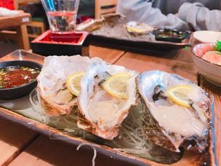 テーブルの上に食べ物のボウルの写真・画像素材[983341]
