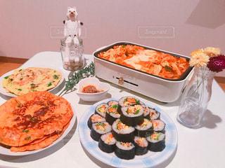 テーブルの上に食べ物のプレートの写真・画像素材[1007926]