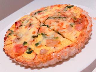 白いプレートにピザのスライスの写真・画像素材[1007931]