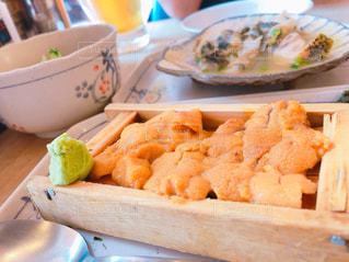 テーブルの上に食べ物のプレートの写真・画像素材[1156844]