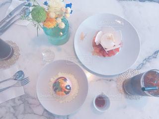 テーブルの上に食べ物のプレートの写真・画像素材[1184473]