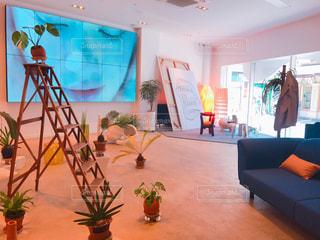リビング ルームの家具と花の花瓶でいっぱいの写真・画像素材[1188556]