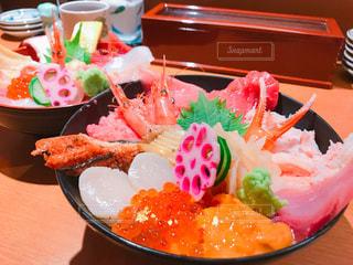 テーブルの上に食べ物のプレートの写真・画像素材[1267634]