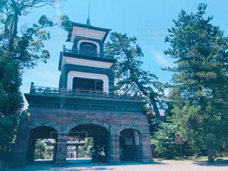 建物の前に時計塔の写真・画像素材[1267635]