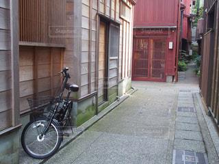 れんが造りの建物の前に自転車止めてください。の写真・画像素材[1267639]