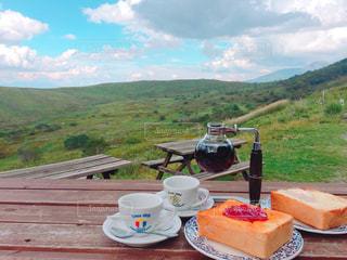背景の山にピクニック用のテーブルの写真・画像素材[1474317]