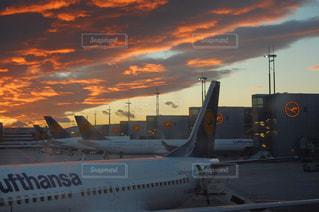 夕焼けと飛行機の写真・画像素材[727414]