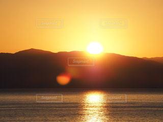 水の体に沈む夕日の写真・画像素材[730610]