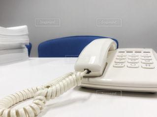 書類の山と電話 - No.896821
