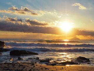 ビーチからのぼる朝陽の写真・画像素材[942627]