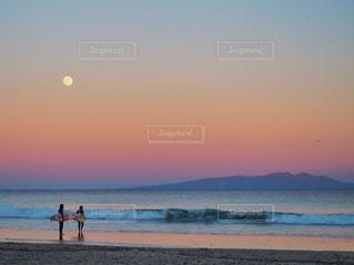 ビーチの上を歩くサーファーの写真・画像素材[942629]