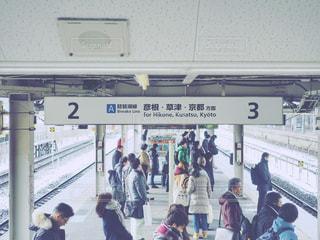 電車を待つ人々の写真・画像素材[998080]