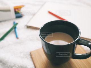 テーブルの上のコーヒー カップの写真・画像素材[1012636]