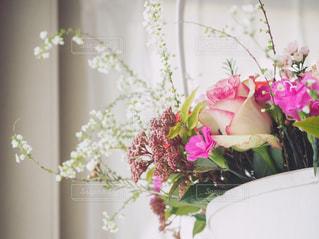 テーブルの上に花瓶の花の花束の写真・画像素材[1030139]
