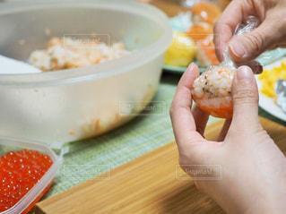 手まり寿司を作っているところ - No.1031109