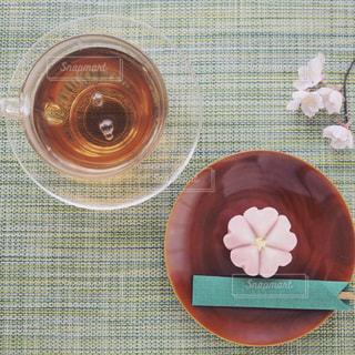春の和菓子とほうじ茶でのんびりティータイムの写真・画像素材[1054465]