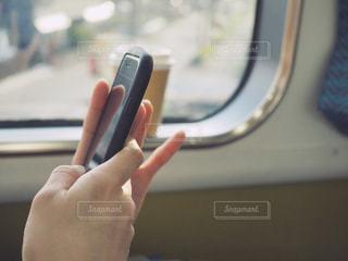 移動中の電車内でスマホいじりの写真・画像素材[1063074]