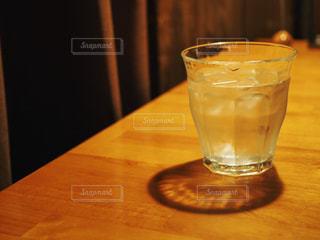 木製テーブルの上のグラスの写真・画像素材[1082243]