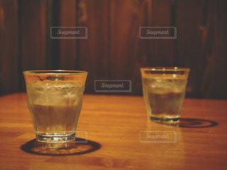 テーブルの上のグラスの写真・画像素材[1082247]