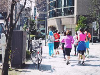 日曜の朝に街中をランニングをする人々の写真・画像素材[1113345]