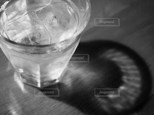 テーブルの上のガラスのコップの写真・画像素材[1113349]