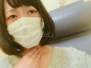 喉が痛いマスクをした女性の写真・画像素材[1158523]