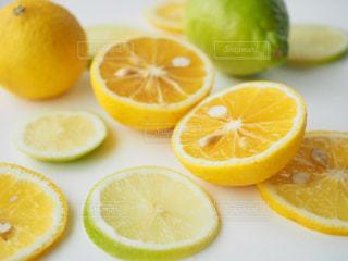 オレンジ色の果物のスライスの写真・画像素材[1159990]