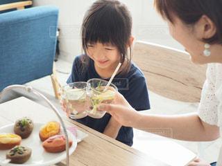 乾杯する親子の写真・画像素材[1166422]