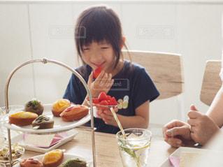 いちごを食べる少女の写真・画像素材[1166423]