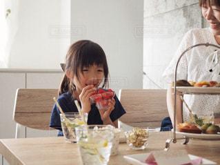 いちごを頬張る女の子の写真・画像素材[1166424]